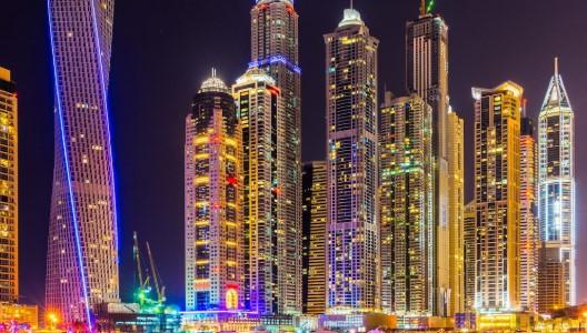 De skyline van Dubai in de avond