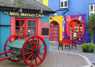 Een vrolijke kleurrijke straat