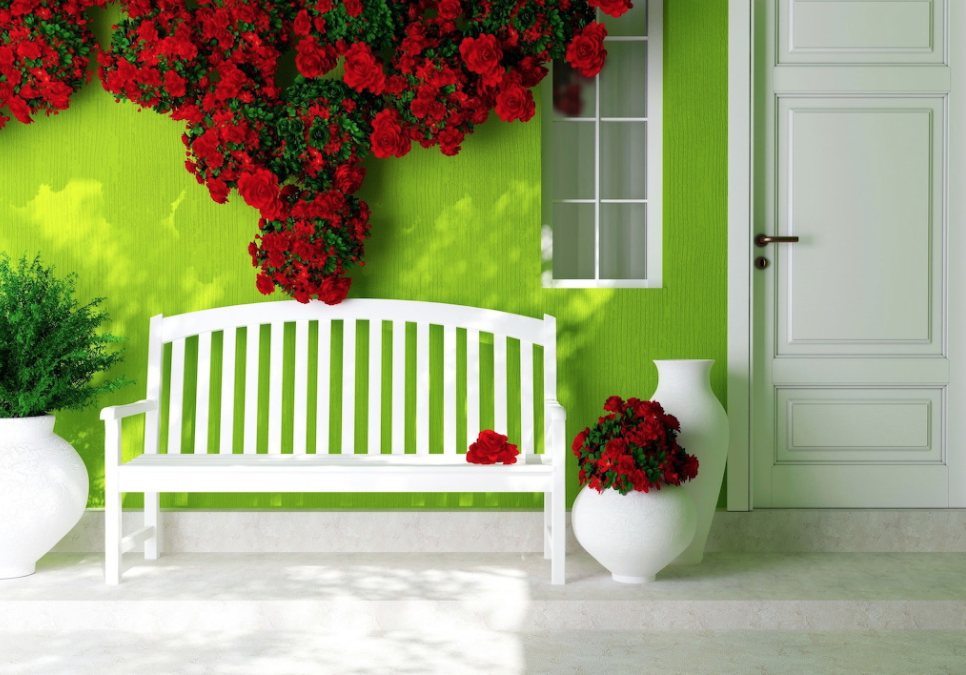 Wit bankje met rode rozen