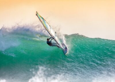 Windsurfer in de golven